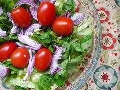 Hoy les quiero presentar la primera edición de ensaladas rápidas y livianas.  Las verduras crudas y cocidas nunca deben faltar de manera abu...