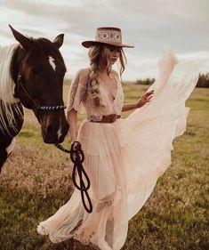 Une mariée avec un chapeau western accompagnée d'un cheval. #wedding #weddingplanner #country #countrywedding #unitedstates #texas #horse #bride
