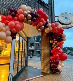 """Yᴏᴜʀ Bᴀʟʟᴏᴏɴs ➪ Eᴠᴇɴᴛsᴛʏʟɪɴɢ op Instagram: """"Wanneer je je werk zo leuk vindt dat het niet uit maakt hoe laat je op moet staan.... #checkdeklok Bij deze opdracht waren we super vroeg…"""" Latte, Balloons, Fruit, Instagram, Food, Globes, Eten, Meals, Latte Macchiato"""