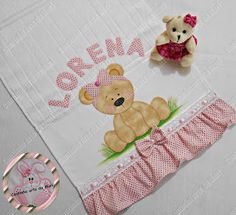 Cantinho arts da Mari Baby Monogram, Baby Bibs, Machine Embroidery, Patches, Sewing, Rose, Disney Babies, Tape Art, Baby Sewing