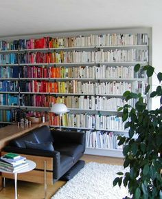 Bookshelf organization, this is my goal in life. in my dream house, this will be my living room. Grand Menage, Bookshelf Organization, Organizing Books, Storing Books, Organization Ideas, Cool Bookshelves, Bookcases, Book Shelves, Home Libraries