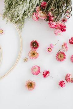 Unsere DIY-Anleitung: Kränze aus Trockenblumen binden zeigt euch wie einfach ihr aus Trockenblumen zauberhafte Blumenkränze selber machen könnt. Diy Wedding, Single Flowers, Gardening Scissors, Dried Flowers, Wall Decorations, Crown Cake, Simple