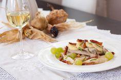 Vinogradarski odrezak je sočan svinjski odrezak u 'pijanom' umaku od vina i rakije uz dodatak jabuka, slanine i grožđa - pravi okusi jeseni!