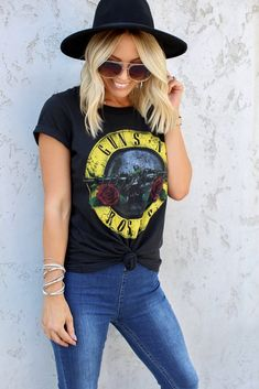 A classic fit tee featuring a Guns N' Roses graphic, short sleeves and a crew neckline. Oufits Casual, Casual Outfits, Nice Outfits, Summer Outfits, Guns N Roses Shirt, Women's Summer Fashion, Rock Fashion, Chambray Top, Outfits With Hats