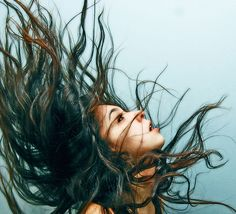 How to draw hair flowing in the wind 27 Ideas Alone Photography, Hair Photography, Photography Women, Portrait Photography, Thick Hair Styles Medium, Long Hair Styles, Hair In The Wind, Wind Hair, Wind Drawing