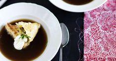 Käytä pasteijoiden täytteeseen lihaliemessä kypsyneitä lihoja tai lampaan- tai naudanjauhelihaa. Tarjoile pasteija herkullisen lihaliemen kera.