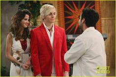 The A & A Music Factory Celebrates Their First Christmas - See The Pics!: Photo Ally (Laura Marano) and Austin (Ross Lynch) perform a new holiday song for their Music Factory students in this new still from Austin & Ally. Old Disney Shows, Disney Channel Shows, John Henson, Aubrey Peeples, Calum Worthy, Music Factory, Tv Awards, Laura Marano, Austin And Ally