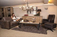 Robuust, modern meubelprogramma  Dit meubelprogramma is leverbaar in diverse kleuren, tevens is het mogelijk om te kiezen voor een houten onderstel. De bank en fauteuil zijn bekleed in het schitterende africa leder. Country Living, Om, Modern, Lounge Chairs, Country Life, The Great Outdoors, Res Life