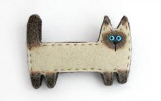 Результат поиска Google для http://iztkanirukami.ru/cats/brooch_cat01f.jpg Cat Pin, Manta Crochet, Felted Wool Crafts, Felt Brooch, Felt Cat, Felt Applique, Brooches Handmade, Felt Hearts, Cat Pattern
