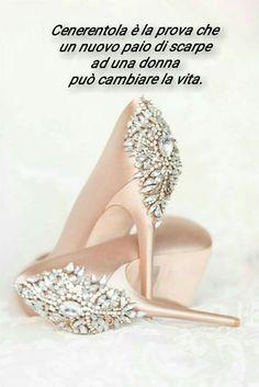 Cenerentola è la prova che un nuovo paio di scarpe ad una donna può cambiare la vita.
