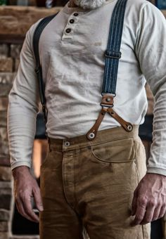 Men's pants should be durable, practical, and intact. They should be able to take the rigorous daily use of hard work or wilderness wandering, but clean enough to be classy. Simple colors, but aggressive style is a must.
