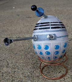 I am sharing this now so that Whovians who wish to do so can get their supplies ready for making these Dalek-style Doctor Who Easter Doctor Who, 10th Doctor, Dr Who, R2d2, Easter Egg Designs, Easter Ideas, Easter Crafts, Easter Decor, Easter Centerpiece