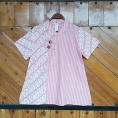 Blus pink ass  Bustline M:88cm L:96cm  XL:104cm  Panjang tangan :20cm Panjang badan:65cm Resleting belakang  Fabric:kain CAP garuta dr catton  primisimal( awet tdk luntur adem lembut dan tebal)  CP  LINE @bebatikanjogja (pakai '@')  WA 081904019099 (slow response)  Toko Baju Batik Modern | www.bebatikanjogja.com