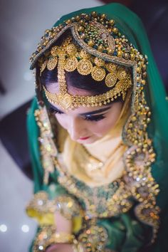 Omani Beauty Stylish Dress Designs, Stylish Dresses, Fashion Dresses, Sultan Qaboos, Old Fort, Luxury Shop, People Of The World, North Africa, Headdress