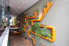 horta vertical com canos de pvc laranja
