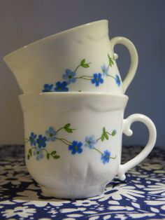 Set of 6 blue veronica flower decor white Arcopal tea cups with saucers - French 70s vintage