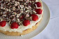 Wir zeigen euch eine ganz leichte und schnell gemachte Variante der Erdbeer-Yogurette-Torte, die selbst vielbeschäftigte Mamas schnell zaubern können.