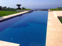 Piscina infinity con revestimiento Bisazza, por Piscinas Godo. http://piscinasgodo.com/proyectos/proyecto-grigio-piombo/
