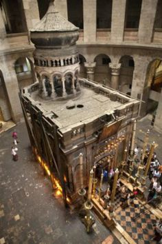 Church of the Holy Sepulchre picture in Jerusalem, which houses the tomb of Jesus Christ Israel Travel Honeymoon Backpack Backpacking Vacation Budget Bucket List Wanderlust Heiliges Land, Places To Travel, Places To Go, Terra Santa, Naher Osten, Israel Travel, Israel Tourism, Cathedral Church, Old Churches