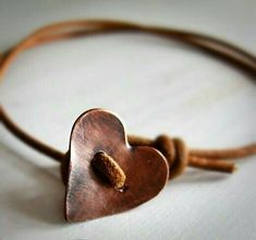 Copper heart button as a clasp on a leather bracelet - cl .- Kupferherzknopf als Verschluss an einem Lederarmband – schlichte Perfektion Copper heart button as a clasp on a leather bracelet – simple perfection # copper heart button # leather bracelet - Copper Jewelry, Wire Jewelry, Jewelry Crafts, Handmade Jewelry, Handmade Copper, Diy Jewellery, Earrings Handmade, Bullet Jewelry, Wire Rings