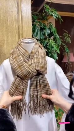 How To Wear A Blanket Scarf, Ways To Wear A Scarf, Diy Scarf, How To Wear Scarves, Outfit With Scarf, Winter Scarf Outfit, Scarf Outfits, Scarf Wearing Styles, Head Scarf Styles