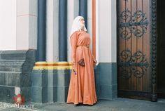 Handwerkerin um 1250 in krappgefärbter Cotta, mit Beutel und Gürtel nach Schleswig und Paternoster aus Knochenperlen