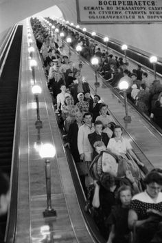 Moscú 1954 Henri Cartier Bresson. Bresson decía que la fotografía es percibir en la realidad un ritmo de superficies, lineas y valores en donde el ojo desglosa y hace su trabajo.  (Bütler Heinz, Henri Cartier-Bresson - Biografia de una mirada, , pelicula biografica ,2003, url: https://vimeo.com/71513975)