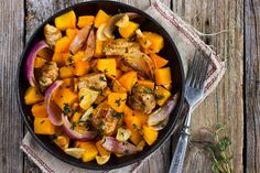 Jesień to czas, gdy na stołach króluje dynia. Jak skomponować potrawę z jedną z najpopularniejszych jej odmian? Oto dynia piżmowa z kurczakiem zapiekana w soku z pomarańczy, z orzechami laskowymi, szpinakiem i śmietanką kokosową.