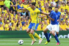 Sweden's forward Zlatan Ibrahimovic (L) and Italy's defender Giorgio Chiellini vie for the ball during the Euro 2016 group E football match between Italy and Sweden at the Stadium Municipal in Toulouse on June 17, 2016.  / AFP / VINCENZO PINTO