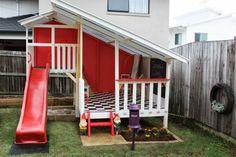 Un zoom d'un toboggan rouge et une maison d'enfant