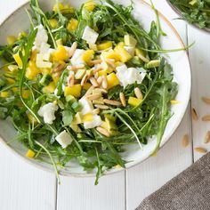 Rucola-Fans aufgepasst: Das würzige Grünzeug kommt hier mit Mango, Büffelmozarella und Avocado um die Ecke - undfertig ist die fruchtige Salatkreation.