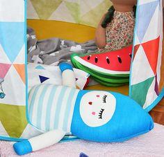 Você salvou em O Quarto deve refletir o MUNDO da Criança O #Quarto deve refletir o mundo da #criança, ser seu cantinho favorito no Mundo! Projeto: Uêbaa Design Roupa de cama e almofadas: Mooui Brinquedos e Acessórios: Mimoo Toys´n Dolls Foto: Sidney Doll Produção: Fernanda Emmerick Realização: Mix Conteúdo para Mimoo Toys´n Dolls #quartoinfantil #quartodecriança #decoração moderninha #decoraçãoinfantil #decoração #brinquedoteca