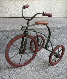 Антикварный трехколесный кукольный велосипед в интернет-магазине на Ярмарке Мастеров. Старинный, кукольный трехколесный велосипед ручной работы. Сделан из солидного кованного металла. Колеса с деревянными шинами, седло обтянуто кожей, ручки тоже из дерева. Есть педальки на переднем колесе - все как полагается, все работает, на нем можно кататься. Редкий антикварный аксессуар для кукольного хозяйства. Точно такой же велосипед есть в музее Царского Села. Германия, вторая че…