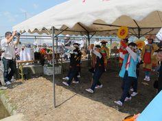 【御田植】平成24年5月26日、伝統的稲作行事『御田植』(主催・巴会)での、押切田植踊り保存会・押切子供会の皆さんによる「押切田植踊り」の様子①です。