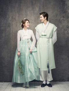 Korean Hanbok for traditional wedding Korean Traditional Clothes, Traditional Fashion, Traditional Dresses, Traditional Weddings, Hanbok Wedding, Korean Look, Korean Style, Korean Wedding Photography, Korea Dress