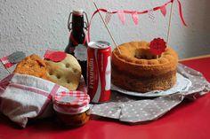 Selbstgemachtes Paprikafladenbrot und KräuterFladenbrot mit mediteranem eingelegtem Gemüse, ein selbstgemachter Kirschsaft...(dazu passend die Coca-Cola für KirschCola) und ein leckerer Marmorkuchen