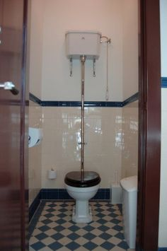 WC   die   je   nog   moest   doortrekken    vroeger