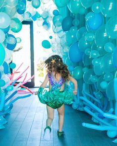 Idées DIY Fêtes : Mermaid Party Balloons – How adorable will your party pictures be if you create a sea wall of balloons. A little chicken wire and a whole lot of help and you can create this darling mermaid party backdrop! Little Mermaid Birthday, Little Mermaid Parties, Underwater Party, Underwater Wedding, Ocean Party, Under The Sea Party, Under The Sea Theme, Birthday Party Themes, 2nd Birthday