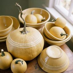 Autumn decoration for Halloween with painted pumpkins, Halloween Town, Halloween Halloween, Vintage Halloween, Attic Remodel, Attic Renovation, Vintage Bowls, Pumpkin Decorating, Fall Decorating, Natural Decorating