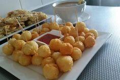 Kaasbolletjes, lekker hapje om te serveren.Om de bolletjes extra feestelijk te maken, kun je er een dipsaus bij serveren. Zoete …