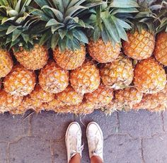 We LOVE pineapple in our house! This planting guide has just four simple steps to grow your own! Pineapple plants are bromeliads with the Summer Sun, Summer Of Love, Summer Vibes, Summer Goals, Soft Grunge, Grunge Style, I Need Vitamin Sea, Indie, Sincerely Jules