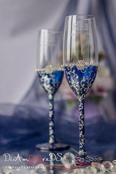 Navy & silver lace bride and groom toasting flutes por DiAmoreDS