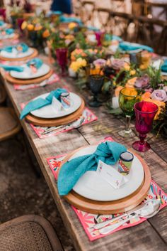 To have a Mexican Chic wedding, you can have beautiful details with objects, textures and colors that characterize Mexico without losing the elegance you are looking for in your wedding. Wedding Themes, Wedding Colors, Wedding Styles, Wedding Ideas, Wedding Details, Mexican Wedding Decorations, Wedding Poses, Table Decorations, Chic Wedding