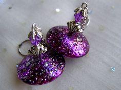 Kleine UFOs in lila. Sie sind so wir ihr Name, denn mich erinnern diese Ohrringe an kleine Ufos in lila mit einem Schimmer von pink.   Ganz schnell we
