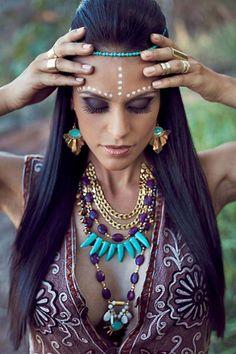 Makeup & Hair Ideas: maquillage Halloween style indien et colliers spendides Boho Hippie, Hippie Make Up, Moda Hippie Chic, Hippie Chic Fashion, Estilo Hippie, Moda Boho, Boho Gypsy, Boho Chic, Gypsy Hair