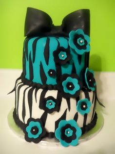 A fun zebra striped cake with fondant accent flowers Pretty Cakes, Cute Cakes, Beautiful Cakes, Amazing Cakes, Fondant Cakes, Cupcake Cakes, Zebra Cakes, Cupcake Ideas, Striped Cake