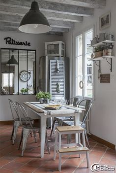 plafond poutres apparentes blanches dans le salon blanc de style campagne french interiors i. Black Bedroom Furniture Sets. Home Design Ideas