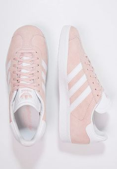 Baskets adidas Originals GAZELLE - Baskets basses - vapour pink/white/gold metallic rose: € chez Zalando (au I want them! Sneakers Adidas, Best Sneakers, Shoes Sneakers, Gold Sneakers, Adidas Gazelle Rose, Crazy Shoes, New Shoes, Fashion Mode, Fashion Shoes