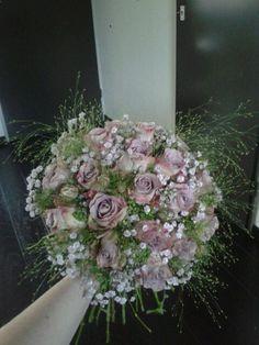Albertine Venhuis, bruidsboeket paarse rozen, gips en grasjes.