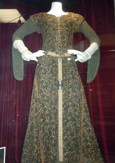 Hollywood Movie Costumes and Props: Cate Blanchett's gown plus sword and stone props from Robin Hood. Original film costumes and props on display Medieval Costume, Medieval Dress, Medieval Fashion, Medieval Clothing, Movie Costumes, Dance Costumes, Hollywood Costume, Period Outfit, Historical Costume